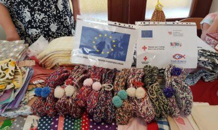 Izložba dekorativnih predmeta kreiranih od strane starijih žena i muškaraca